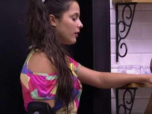 Emilly revelou a Roberta durante conversa na madrugada desta quinta-feira, 16 de fevereiro de 2017, que Marcos teme que ela seja interesseira quando sair da casa