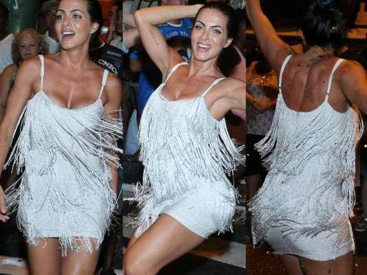 Carla Prata mostra samba no pé durante ensaio da Vila Isabel pelas ruas da Zona Norte do Rio de Janeiro, na noite desta quinta-feira, 15 de fevereiro de 2017