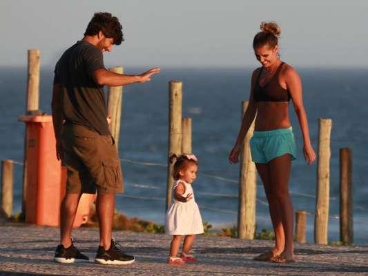 Deborah Secco passeou pela orla da Barra da Tijuca, Zona Oesto do Rio, com a filha, Maria Flor, e o marido Hugo Moura nesta quinta-feira, 16 de fevereiro de 2017