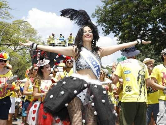 Emanuelle Araújo estreia no Carnaval de rua como rainha de bateria do Monobloco