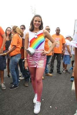 Bruna Marquezine usa pochete prateada com saia transparente para sair no bloco carioca A Favorita