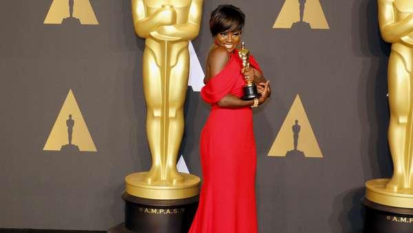 """Viola Davis levou o Oscar de Melhor Atriz Coadjuvante pela atuação em """"Um Limite Entre Nós"""". A atriz fez um discurso apaixonado e não escondeu a alegria com a profissão!"""