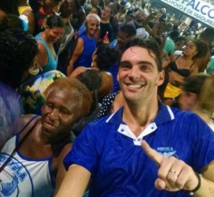 Giba nela! Campeão olímpico comemora título da Portela em camarote