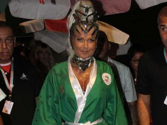 Xuxa Meneghel desfalca time de famosas na Grande Rio durante o desfile das campeãs