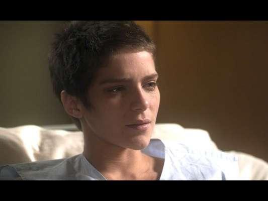 Letícia (Isabella Santoni) fica entre a vida e a morte ao aguardar o nascimento de seu irmão, seu doador, na reta final da novela 'A Lei do Amor'