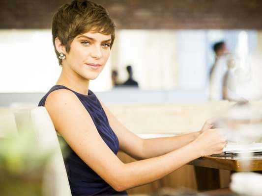 Isabella Santoni revelou que não vai precisar raspar o cabelo novamente para a nova fase de Letícia em 'A Lei do Amor'