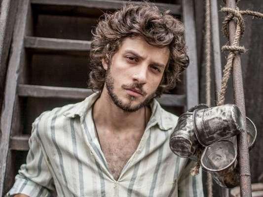 Chay Suede é Joaquim Martinho um jovem ator embarca no navio rumo ao Brasil e se apaixona por Anna (Isabelle Drummond), na novela 'Novo Mundo', que começa em 22 de março de 2017