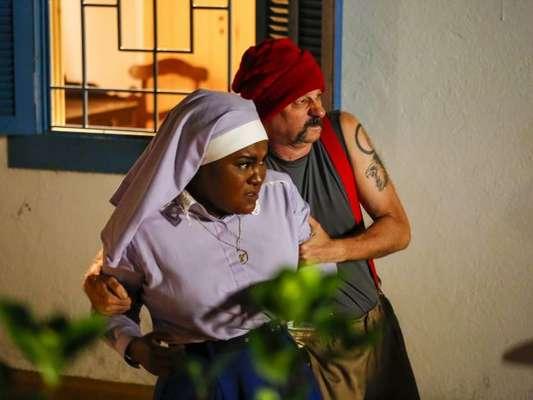 """Irmã Fabiana (Karin Hills) é feita de refém em """"Carinha de Anjo"""", novela do SBT"""