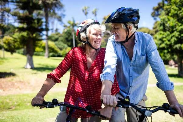 Andar de bicicleta também é uma boa opção de exercício para idosos porque ajuda a fortalecer as articulações, especialmente as dos joelhos, tornozelos e quadril, além de ajudar a fortalecer os músculos das pernas e abdômen. Além disso, a atividade ainda ajuda a baixar a pressão arterial e a aliviar as dores provocadas pela artrite.