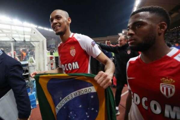 Fabinho com a bandeira do Brasil para comemorar a classificação do Monaco