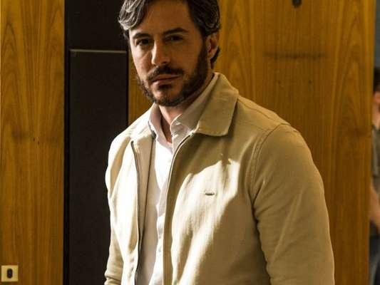 Augusto (Ricardo Tozzi) baterá em Leonardo (Eriberto Leão) após descobrir que o empreiteiro estuprou Vitória (Camila Morgado) na novela 'A Lei do Amor'
