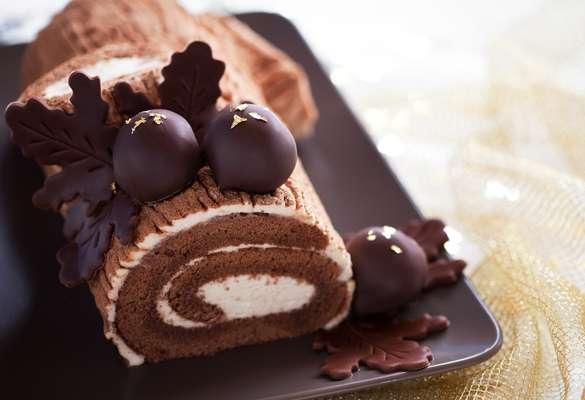 Ingredientes1 bolo pronto sabor chocolateMeio pote de sorvete sabor napolitano (ou de sua preferência)Meia xícara (chá) de chocolate meio amargo picado1 caixinha de creme de leitePapel alumínio para embrulharModo de Preparo Corte o bolo no sentido do comprimento em quatro fatias, depois utilize um rolo para afiná-las na espessura de 1 cm. Em uma superfície seca, coloque uma folha de papel alumínio e, sobre ela, coloque as fatias uma ao lado da outra, formando um retângulo. Com uma espátula, passe o sorvete sabor napolitano, formando uma camada. Enrole o rocambole com o auxílio do papel alumínio e leve ao freezer por 1 hora. Em uma panela média, derreta o chocolate em banho-maria e misture o creme de leite até obter um creme homogêneo. Retire o rocambole do freezer, desembrulhe e coloque-o em uma travessa. Cubra com o creme e sirva em seguida.
