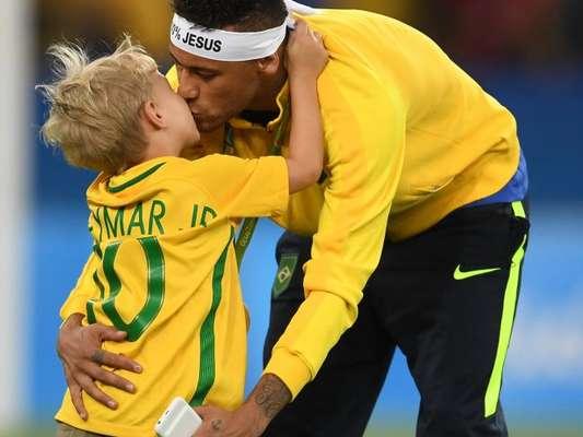 Neymar curtiu o domingo, 19 de março de 2017, acompanhado do filho, Davi Lucca, de 5 anos
