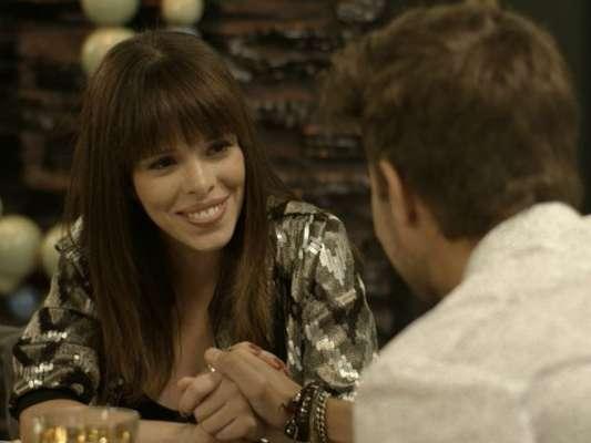 Léo (Rafael Vitti) e Nina (Fabi Bang) fingem namoro para a imprensa, na novela 'Rock Story', em março de 2017