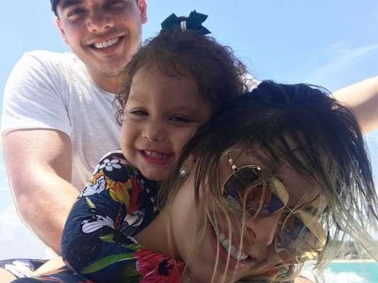 Ysis, de 2 anos, é filmada contando em inglês pelo pai, Wesley Safadão