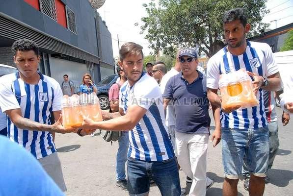 Jugadores de Alianza Lima entregan donaciones