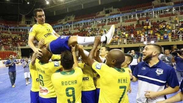 Falcão é celebrado pelos jogadores após vitória sobre a Colômbia