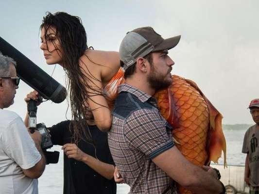 Zeca (Marco Pigossi) encontra Ritinha (Isis Valverde) trabalhando como sereia em Belém e a leva de volta para Parazinho, no novela 'A Força do Querer', em 10 de abril de 2017