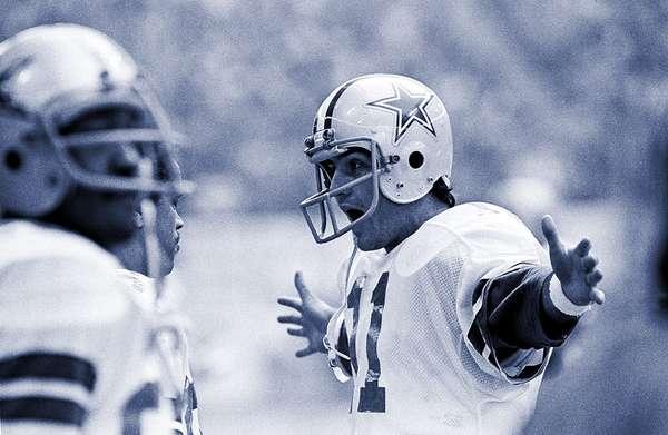 Danny White jugó para los Dallas Cowboys de 1976 a 1988. Ganó el Super Bowl XII y acumuló 21,959 yardas por aire