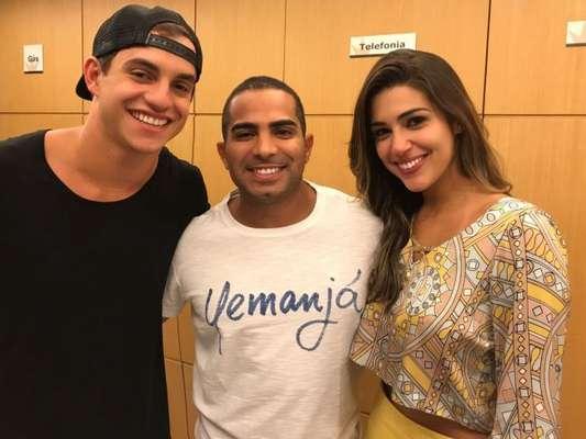 Ex-'BBB17' Vivian posa com seu assessor, Rodrigo, e Manoel no hotel