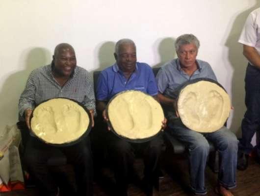 Edu, Lima e Clodoaldo mostram as formas de seus pés