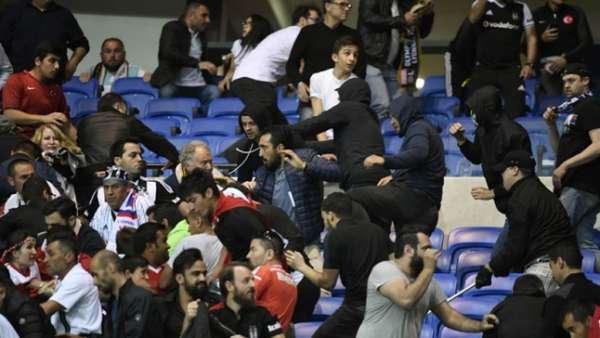 Torcedores brigam antes de jogo entre Lyon x Besiktas