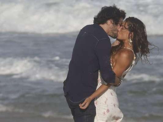 Isis Valverde beija Fiuk em gravação de 'A Força do Querer' na praia da Reserva nesta quinta-feira, dia 20 de abril de 2017