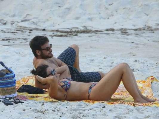 Fabíula Nascimento exibe boa forma na praia com namorado, Emilio Dantas nesta terça-feira, dia 25 de abril de 2017