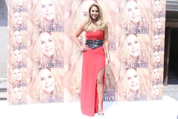Lucero explotó sus encantos al máximo con el vestido rojo que utilitzó durante la presentación de su nuevo disco, 'Enamorada Con Banda', en México.