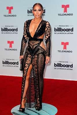 Jennifer Lopez acaparó miradas con su look revelador en la alfombra roja de los Premios Billboard 2017.