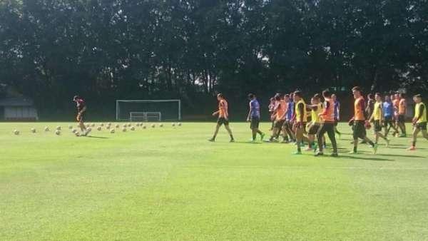 Rogério explica treino e é seguido pelos jogadores