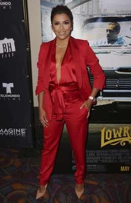 Eva Longoria, muy sexy, de rojo y escoda en el special screening de 'Lowriders'.