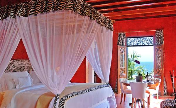 DPNY Beach Hotel, IlhaBelaEleito o melhor hotel de praia da América do Sul, o DPNY Beach Hotel combina instalações luxuosas, Spa, Alta Gastronomia, Praia e Parque Particular em um surpreendente cenário pé na areia. Localizado na Praia do Curral, em Ilhabela, é uma ótima opção de hospedagem pé na areia para quem quer curtir um momento especial sem preocupações. O clima romântico fica ainda melhor, já que por lá não são aceitas crianças - ou seja, tudo bem pensado para ter um momento a dois especial. Diária final de semana: a partir de R$ 1.890 o casal com café da manhã em suíte 5 estrelas (sexta a domingo)