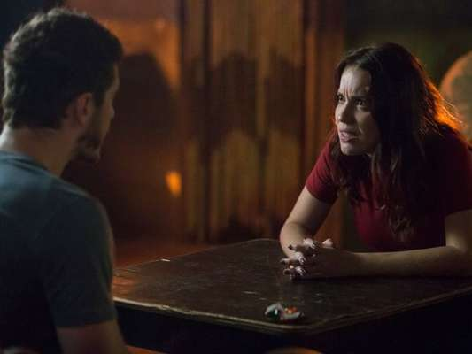 Júlia (Nathalia Dill) visita Alex (Caio Paduan) na cadeia e ele ameaça mandar matá-la , na novela 'Rock Story', em maio de 2017