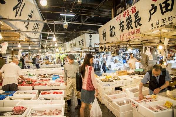 Tsukiji Fish Market, o maior mercado de peixe do mundoEngana-se quem pensa que um simples mercado de peixe não é atração turística. O Tsukiji Fish Market, maior mercado de peixes do mundo, é também um dos pontos mais visitados em Tóquio. Além de conhecer uma grande variedade de peixes, o turista encontra restaurantes que servem sushis fresquinhos.