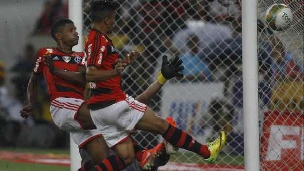 O Flamengo tirou o título carioca das mãos do Vasco em 2014 nos acréscimos, com Márcio Araújo marcando gol em impedimento