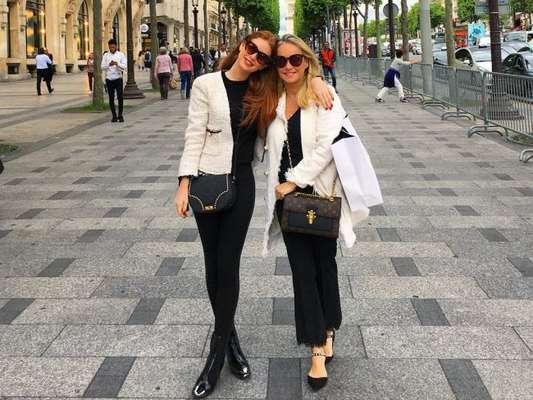 Marina Ruy Barbosa posa em Paris com look combinando com o da mãe em foto postada nesta quinta-feira, dia 18 de maio de 2017