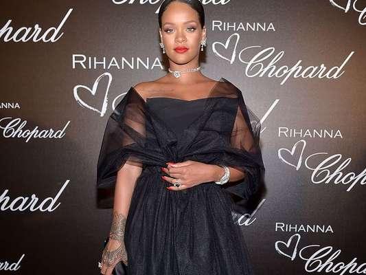 Rihanna, com look preto e repleta de brilhantes, lança linha de joias em Cannes nesta quinta-feira, dia 18 de maio de 2017