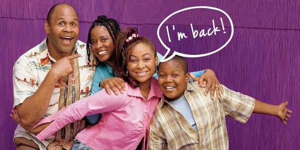 """Raven's Home (As Visões da Raven) Sucesso do Disney Channel nos anos 2000, """"As Visões da Raven"""" voltará às telinhas, agora com uma nova história e novos personagens. Até agora, apenas as atrizes Raven-Symoné e Anneliese van der Pol (Raven e sua fiel escudeira Chelsea) foram confirmadas. Na trama, ambas serão mamães e vão morar juntas com seus filhos. A estreia está prevista para o dia 21 de julho nos EUA."""