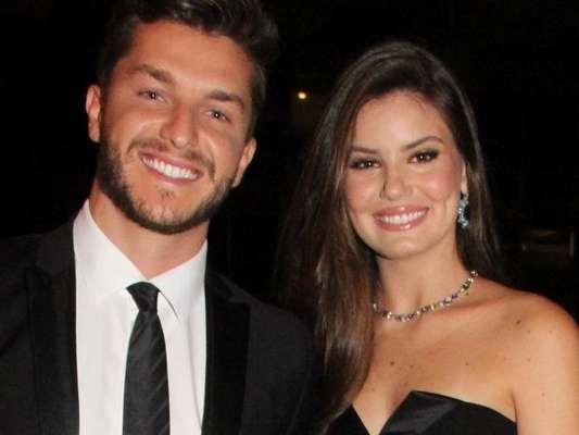 Camila Queiroz e Klebber Toledo já fazem plano de terem filhos, mas a atriz ponderou: 'Acho que é o sonho de todo o casal, eu acredito. Mas não agora. Estamos trabalhando muito'