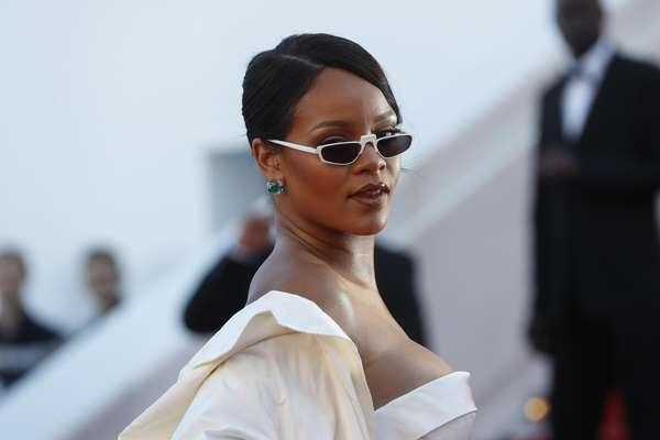 Rihanna lució un escotado modelo Dior Couture en la alfombra roja de Cannes 2017.