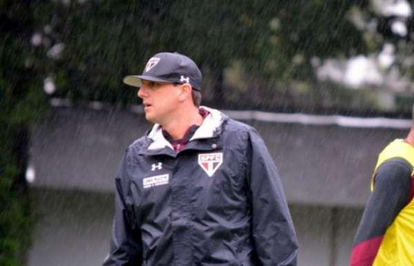 Rogério Ceni comanda treinamento na chuva