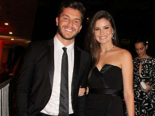 Camila Queiroz comenta namoro com Klebber Toledo e afirma que os dois apoiam as decisões um do outro: 'Faz parte de um relacionamento'