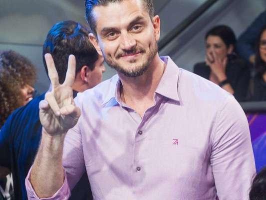 """O ex-BBB Marcos respondeu às críticas de """"haters"""" após uma foto beijando Babi Sullivan"""