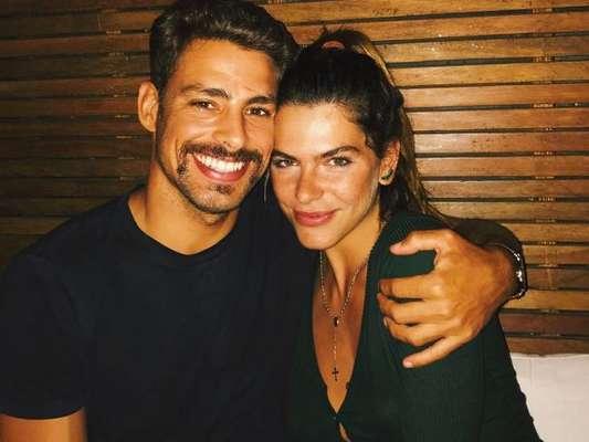 Cauã Reymond disse que precisou da ajuda da namorada, Mariana Goldfarb, para superar seu preconceito com selfie