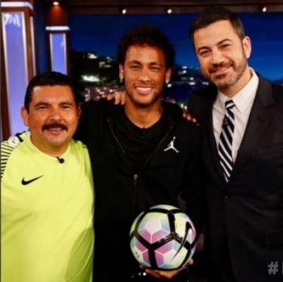 Neymar faz gol de cima de prédio em programa de TV americano