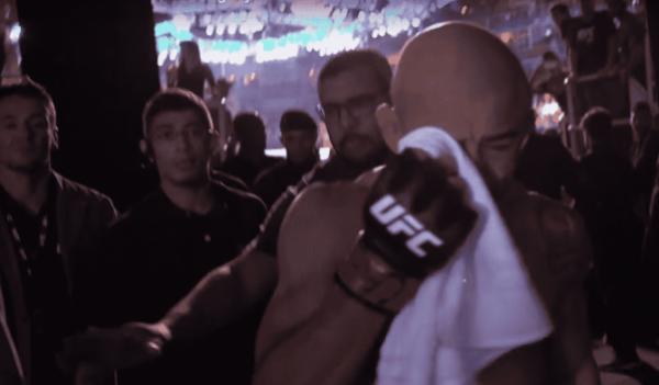 José Aldo chora após deixar o octógono na derrota para Max Holloway