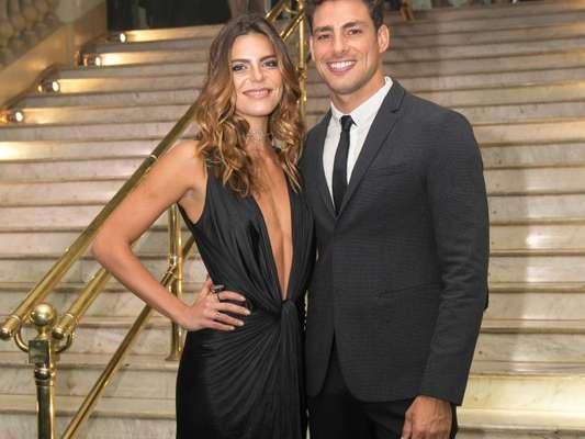 Namorada de Cauã Reymond, Mariana Goldfarb contou que evita ver cenas quentes do ator na TV