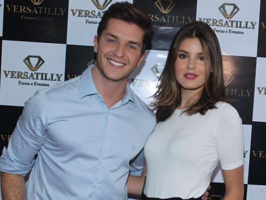 Camila Queiroz e Klebber Toledo vetam celulares em festa de aniversário