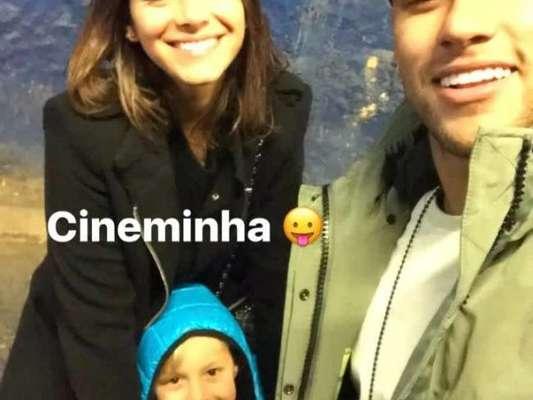 Neymar está curtido férias do Barcelna na África com Bruna Marquezine e a família